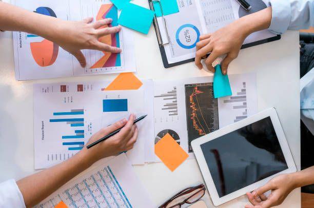 ett team av marknadsforskare som samarbetar